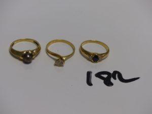 3 bagues en or : 1 rehaussée d'1 perle grise (Td52) 1 rehaussée d'1 pierre (Td53) et 1 ornée d'1 pierre bleue épaulée de 2 petits diamants (Td54). PB 6,9g