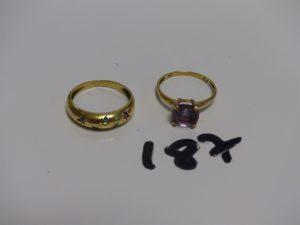 1 bague en or rehaussée d'1 pierre violette (Td55) et 1 bague demi-jonc en or ornée de pierres rouges, vertes et bleues (Td54). PB 5,3g