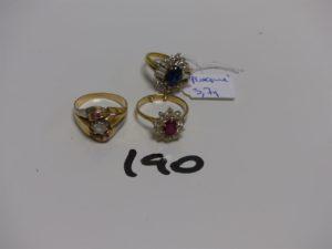 2 bagues en or : 1 rehaussée d'1 pierre rouge entourée de pierres blanches (Td56) et 1 bicolore ornée de petites pierres (Td57). PB 8,6g (+1 bague en plaqué or, mque pierre)