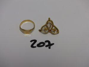 1 chevalière bicolore gravée en or (Td58) et 1 broche florale cassée en or (manque aiguille). PB 5,1g