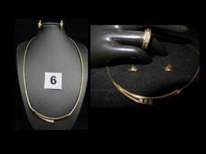 1 Collier maille omega orné de 3 diamants en son centre (L 46cm), 2 boucles d' oreilles ornées chacune de 3 petits diamants et une bague réhaussée de 3 diamants (TD 50), le tout en or PB 29,5g