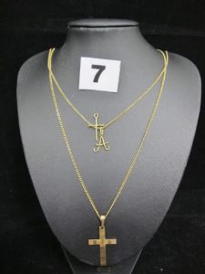 1 Chaine maille gourmette (L 49cm), 1 Chaine maille gourmette (L 49cm), 1 Croix ciselée gravée (L 4cm), 1 croix (L 1,5cm) et 1 pendentif lettre. Le tout en or. PB 9,3g