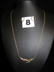 2 Créoles (Diam 1cm) et 1 collier maille corde, orné d'un élément central réhau ssé de 3 pierres bleutées et 2 petits diamants (L 42,5cm).Le tout en or. PB 4,1g