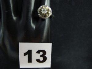 1 Bague en or blanc sertie d'un diamant solitaire taille ancienne, et entouré de petites pierres blanches (TD 50, 1 chaton vide). PB 3,7g