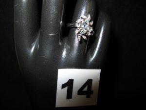 1 Bague en or sertie d'une aigue marine taille navette, de 2 aigues marine et depetits diamants (TD 52); PB 4g