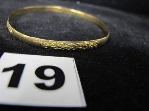 1 Bracelet en or rigide décoré d'arabesques (diam 6,5cm, cabossé). PB 10g