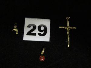 1 Pendentif émaillé motif coccinelle, 1 pendentif motif dauphin et 1 Christ sur croix. Le tout en or. PB 1,5g