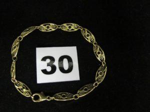 1 bracelet filigrané en or, orné de petites pierres bleues (L 19cm, 1 maillon à souder). PB 7,2g