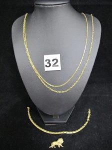 1 Motif lion (L 2,5cm), 1 bracelet maille haricot cassé (L 21cm), 1 chaine maille forçat (L 47cm, fermoir plié) et 1 chaine fine maille forçat (L 42cm, fermoir abimé). Le tout en or . PB 13,9g