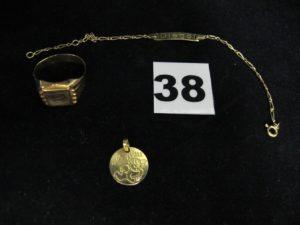 """1 pendentif gravé """"ange"""" orné d'un petitdiamant, 1 chevalière (TD 58), et 1 gourmette enfant gravée maille figaro nouée (L 14,5cm). Le tout en or. PB 7,4g"""