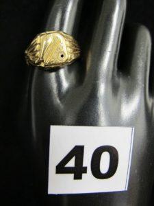 1 chevalière en or creuse ornée d'un motif serpent (TD 69, bague réajustée sur l'arrière en alliage 585/1000 : 14k, encoche pierre vide, trace de colle).PB 8,8g