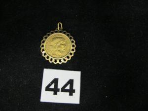 1 pendentif en or ouvragé serti griffe d'une pièce de 20fr Coq Marianne Chaplain de 1911. PB 8,3g