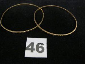 2 Bracelets en or, rigides ciselés (Diam6,5 cm cabossés, soudure bas titre). PB 22,2g