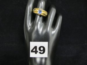 1 Bague homme en or, ornée d'une pierre bleue claire élimée (TD 67). PB 14,5g