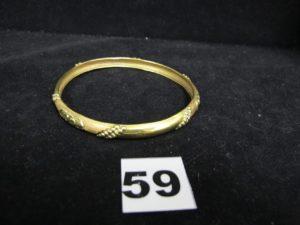 1 Bracelet rigide bicolore en or à motif s points et cercles granités (Diam 7cm). PB 10,1g