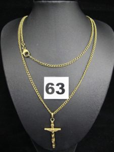1 Chaine maille gourmette (L 74cm, attache élimée) et 1 Christ sur Croix (L 4,5cm attache abimée, cabossé). Le tout en or. PB 19,8g