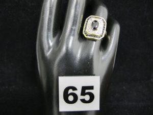 1 Bague en or à plateau rectangulaire serti de pierres bleues sombres et blanches (TD 54). PB 5,3g