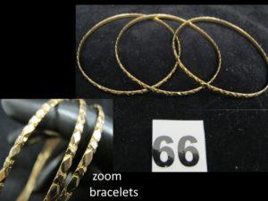 3 Bracelets joncs en or ciselés de motifs géométriques (Diam 7cm). PB 26,6g