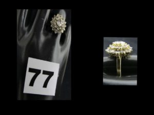 1 Bague marguerite en or ornée de pierres blanches (TD 57). PB 5,9g