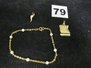 """1 Pendentif motif piment, 1 pendentif parchemin gravé """"Y"""" et 1 bracelet en maille ornée de 7 perles élimées (L 18cm). Le tout en or. PB 4,8g"""