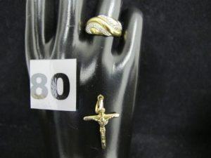 1 Bague en or, ornée de volutes blanches réhaussées de 4 petits diamants (TD 55). PB 3,7g et 1 pendentif croix en alliage 375/1000 (9k) PB 0,6g