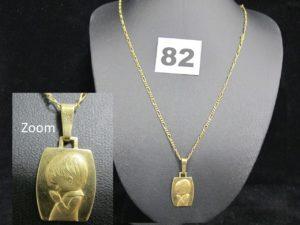 1 Chaine maille figaro (L 49,5cm) et 1 médaille motif enfant priant (L 3cm). Le tout en or. PB 8,9g