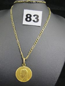 1 chaine maille figaro (L 62cm, réparation grossière près du fermoir et anneau de fermeture manquant, mais fermeture possible), et 1 médaille de la vierge Marie gravée. Le tout en or. PB 10g