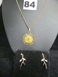 1 chaine maille gourmette (L 53cm), 1 médaille de la vierge, et 2 pendants d'oreilles à décor de feuillage (L 2cm). Le tout en or. PB 8,9g