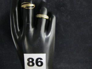 1 Bague à décor brossé ajouré (TD 53) et 1 alliance bicolore ciselée en étoile (TD 51). Le tout en or. PB 6,9g