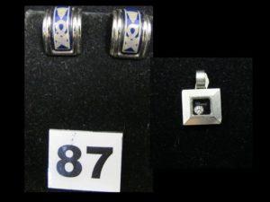 1 pendentif carré en or gris serti d'un diamant mobile.Travail de la maison Chopard. PB 5g, et 1 Paire de boucles d'or eilles Hermès en métal argenté émaillé. PB 15g
