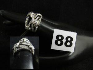 1 Bague bandeau en or gris agrémentée d'étoiles diamantées dans le goût de Chanel (TD 51). PB 14,4g
