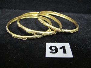 3 Bracelets en or bicolore à motifs ciselés (légèrement cabossés, Diam 7cm). PB 18,4g