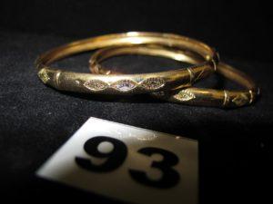 2 Bracelets en or bicolore ciselés (Diam 7cm, légèrement cabossés). PB 12,7g