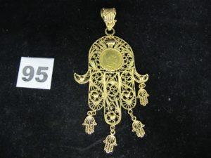 """1 Pendentif en or """" main"""" filigranée ornée d'une pièce Napoléon III et de 4 pampilles (L 11cm). PB 25,5g"""