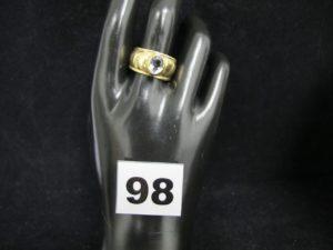 1 Bague large en or, ornée d'une pierre ovale claire (TD 54). PB 10,2g.