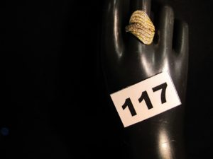 1 Bague or ornée de 8 rangées de pierres blanches (TD 59). PB 6g