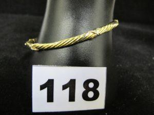 1 Bracelet rigide ouvrant en or creux godroné à motif lien (6,2x 5 cm, tordu). PB 6,2g