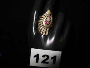 1 Bague en or à motifs ajourés et ornée de pierres blanches et roses (TD 63). PB8g