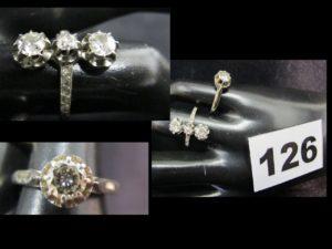 1 Bague solitaire en or gris sertie d'un diamant (TD 50) et 1 bague sertie de 3 diamants dont un plus petit, taille anccienne (TD 52). PB 5,5g