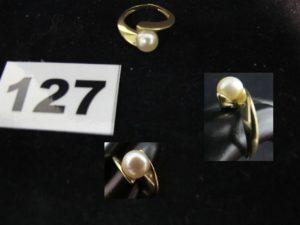 1 Bague en or ornée d'une perle (TD 49 fendue). PB 5,1g