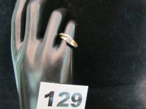 1 Bague en or bicolore, ornée d'un diamant (TL 0,25ct env, TD 50). PB 4,5g