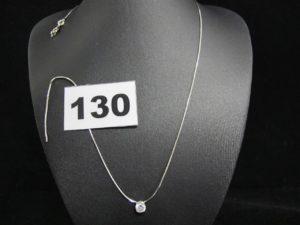 1 Collier en or blanc maille carrée (L 41,5cm cassé) orné d'un diamant mobile (TL env 0,50 ct).PB 3,6g
