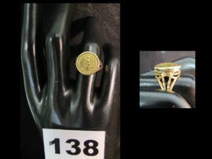 1 Bague en or ornée d'une pièce de 2 Pesos sertie griffe (TD 51). PB 4,1g