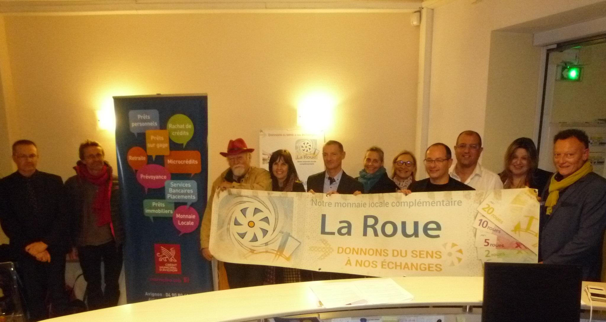 les responsables du Crédit Municipal et ceux de l'association SEVE84 avec le personnel de l'agence de CARPENTRAS