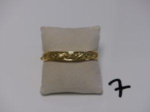 1 bracelet rigide ouvrant et ouvragé en or (diamètre 5/6cm). PB 11,3g