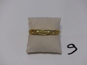 1 bracelet rigide ouvrant et ouvragé en or (diamètre 5/6cm). PB 11g