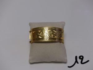 1 bracelet rigide large et ouvrant en or et à décor floral (diamètre 5/6cm). PB 22,4g