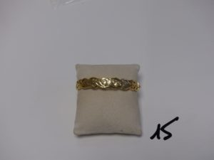 1 bracelet rigide ouvrant en or et à dé cor floral (diamètre 5/6cm). PB 10,9g