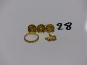 1 broche en or 21K orné de 3 petites pièces turques (L4cm, 3,1g), 1 alliance en or (td56) et 1 pendentif à décor d'une tarasque en or. PB 8,9g