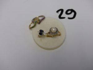 1 bague en or et platine rehaussée d'une perle entourage petits diamants taille rose (td50), 1 bague en or rehaussée de 2 pierres couleur bleue marine épaulées d'un petit diamant et d'une pierre (td49) et 1 bague à 2 brins en or ornés d'un rang de pierres vertes et pierres rouges. PB 7,8g